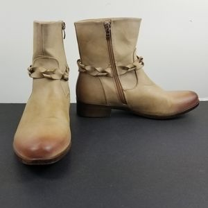 Vangelo tan distressed zip up ankle booties size 9